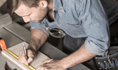 Man bezig met op maat maken plaatmateriaal voor aftimmeren